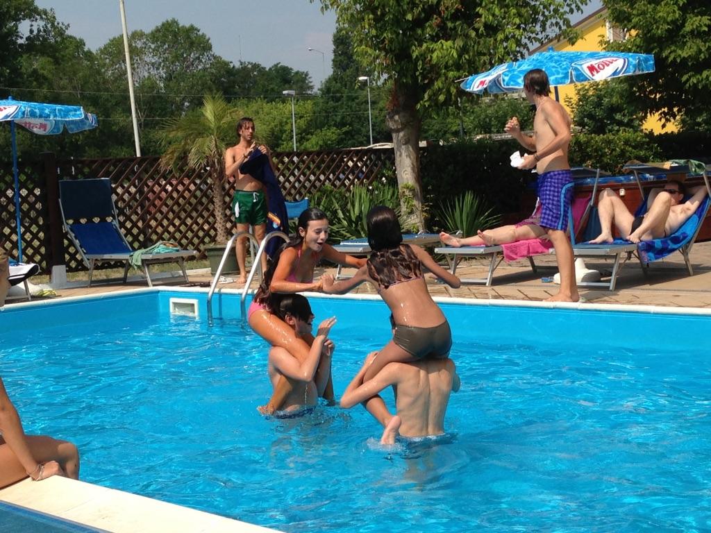 ragazzini giocano in piscina, hotel viking viserbella
