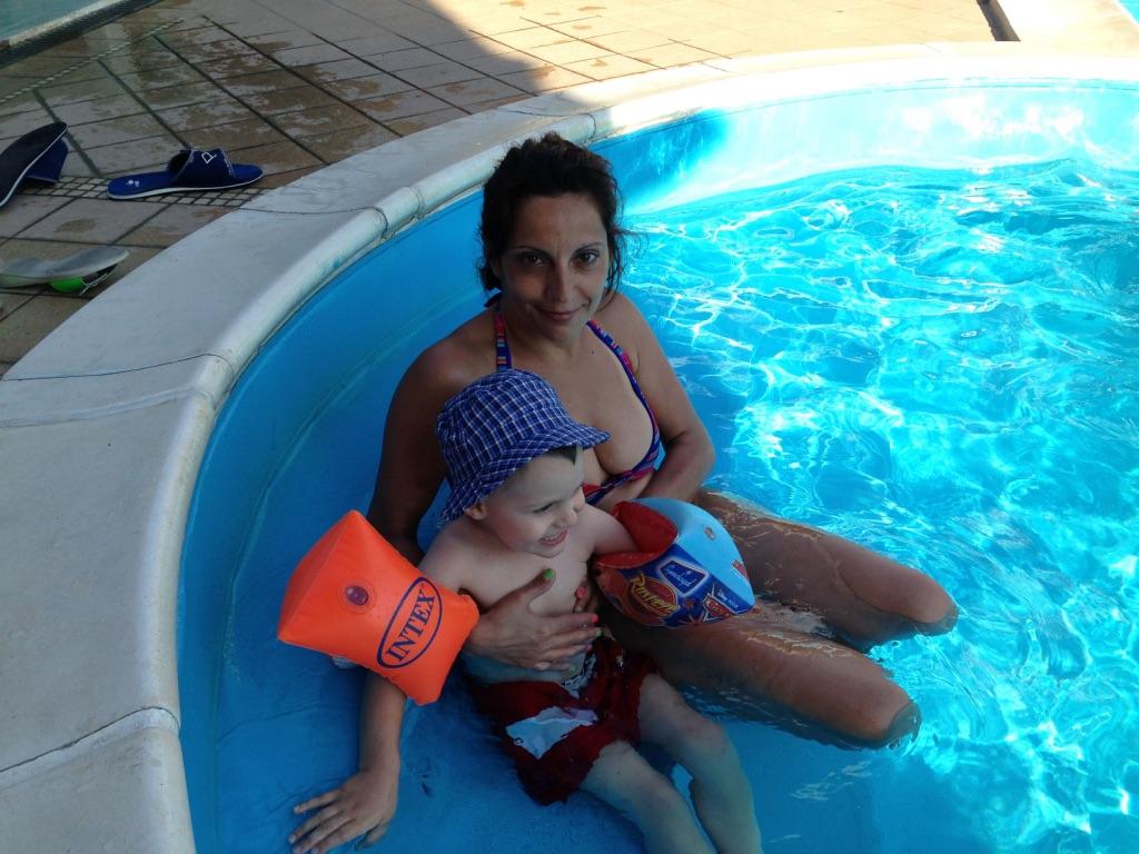mamma sorride con bimbo e braccioli piscina hotel viking