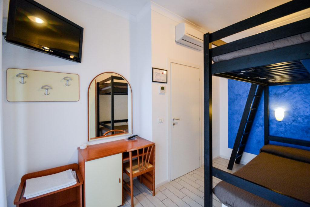 camera 2 letti matrimoniali con balcone lato giardino junior suite hotel viking viserbella rimini