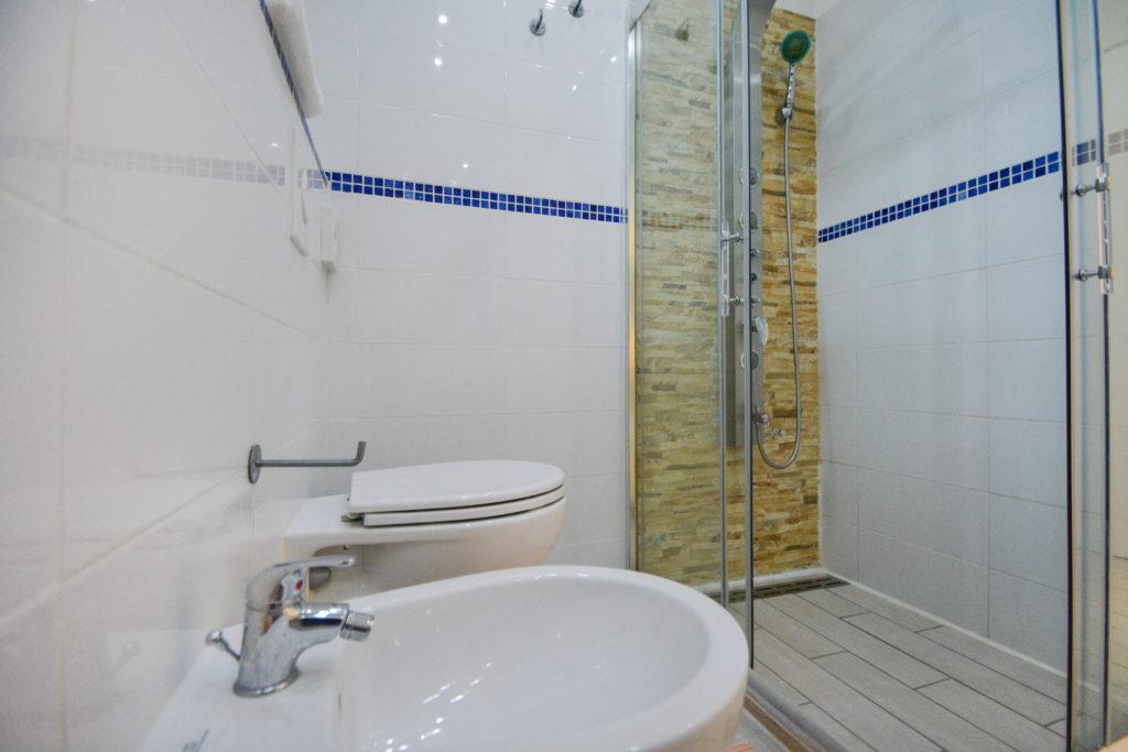 bagno camera matrimoniale con box doccia hotel viking viserbella rimini