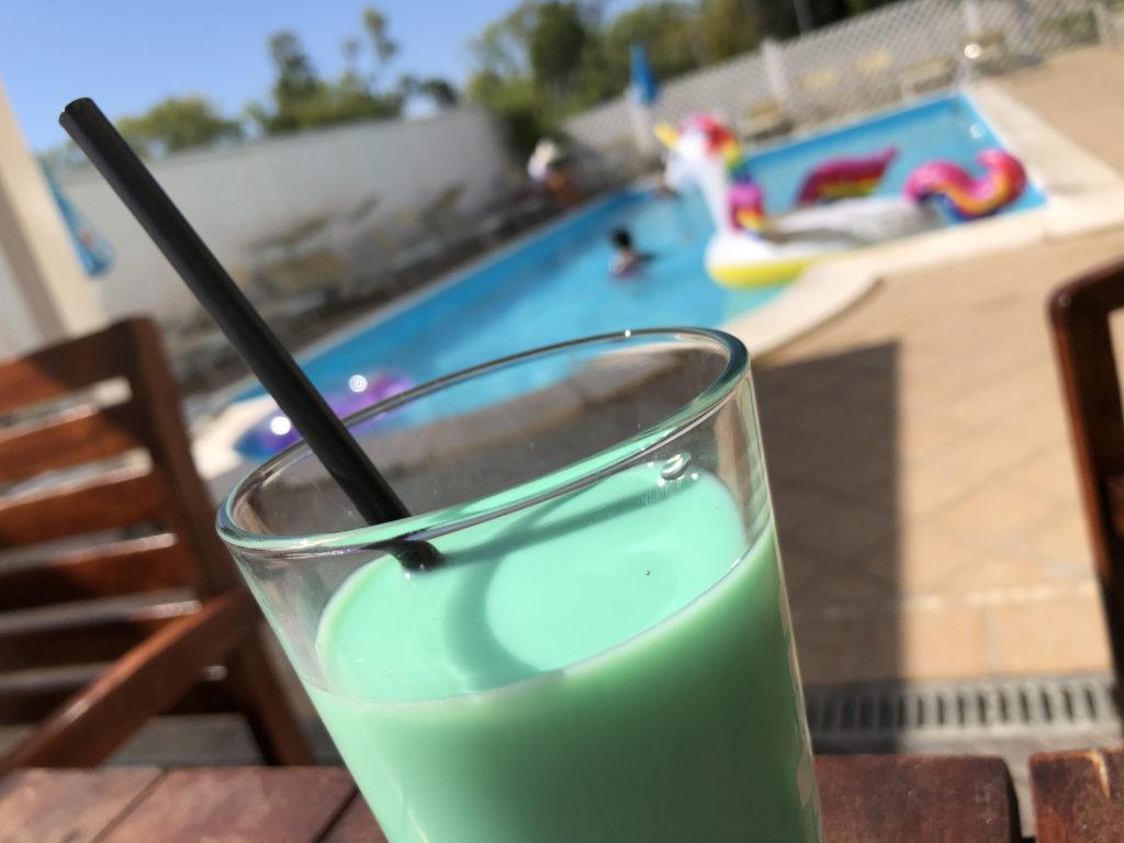 primo piano latte e menta bibita piscina bambini