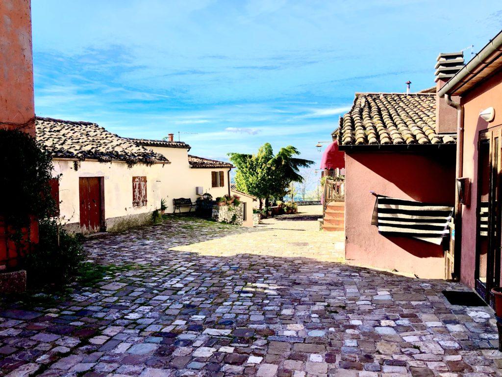Paese montebello vista strada