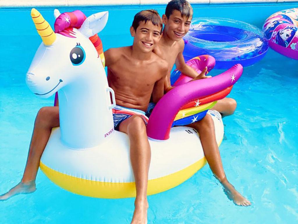 ragazzi piscina unicorno colorato hotel viking