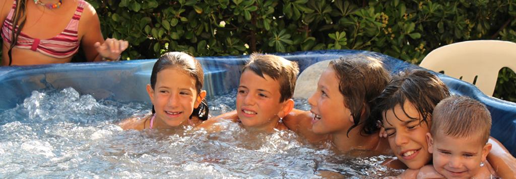 ragazzini e bambini in idromassaggio felici