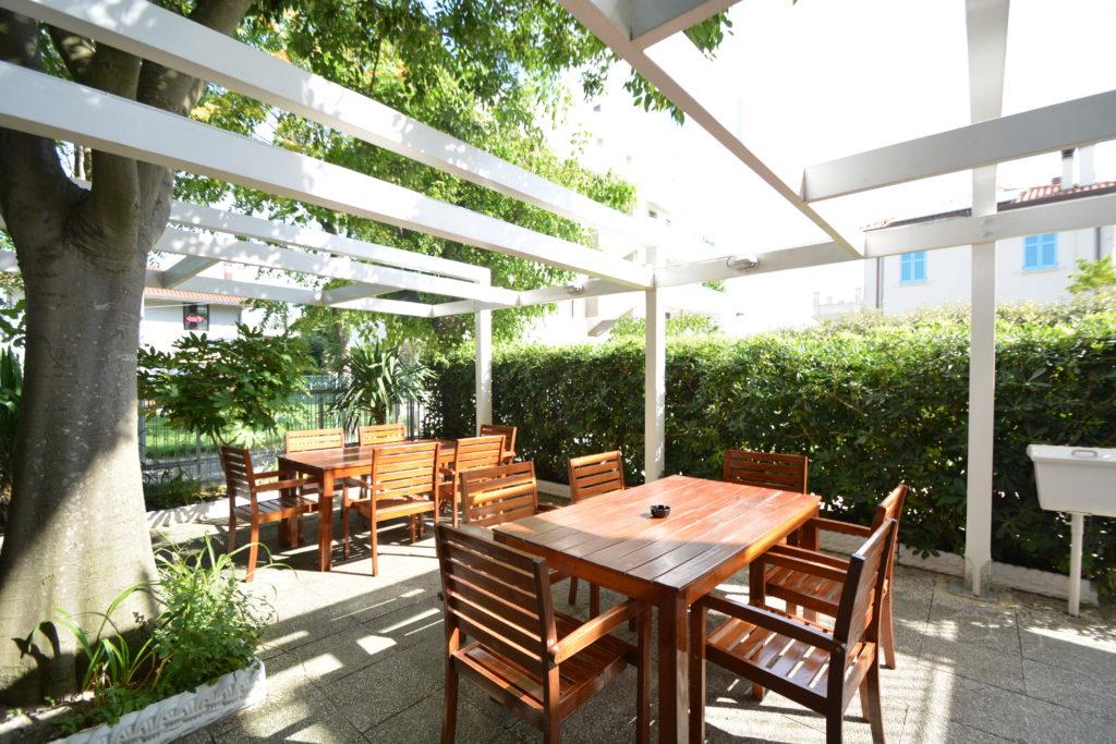 gazebo bianco tavoli e sedie ombra bagolaro