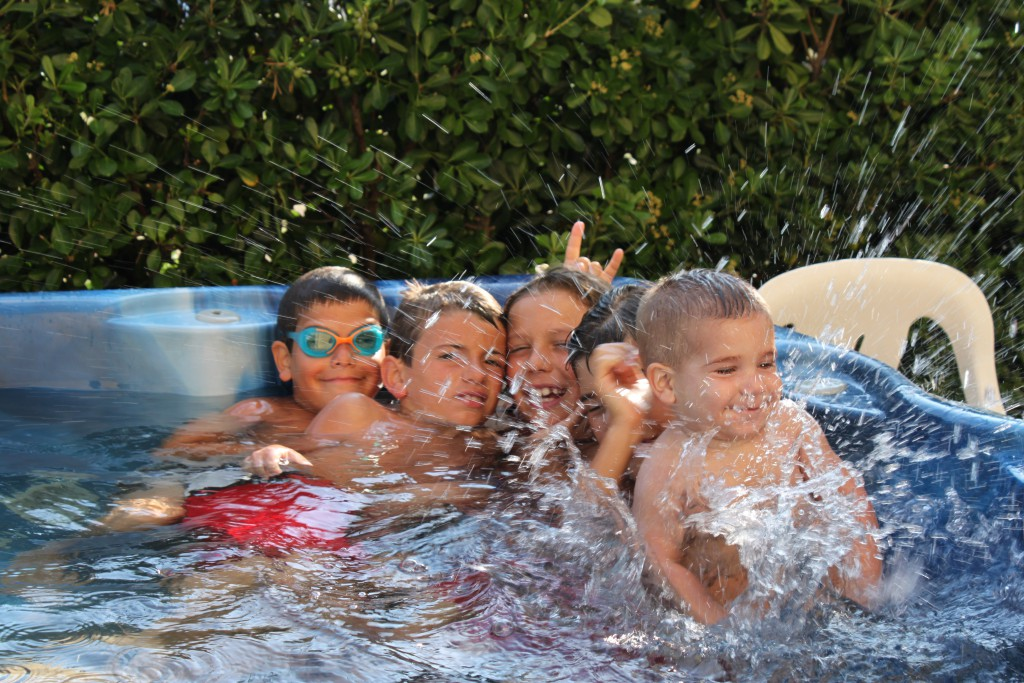 idromassaggio jacuzzi bambini giocano felici