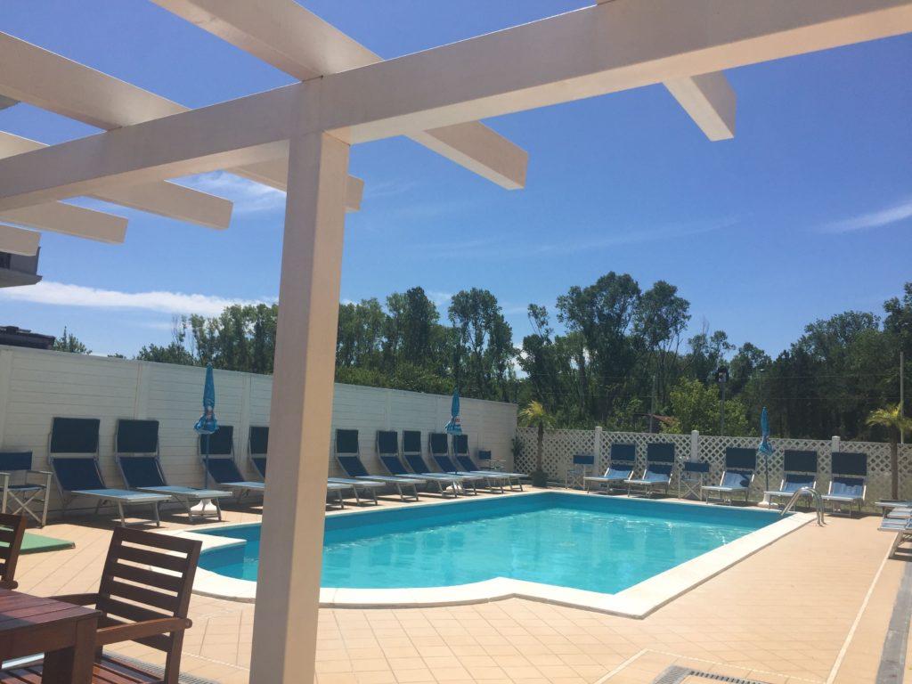 piscina con pergolato bianco hotel viking viserbella rimini