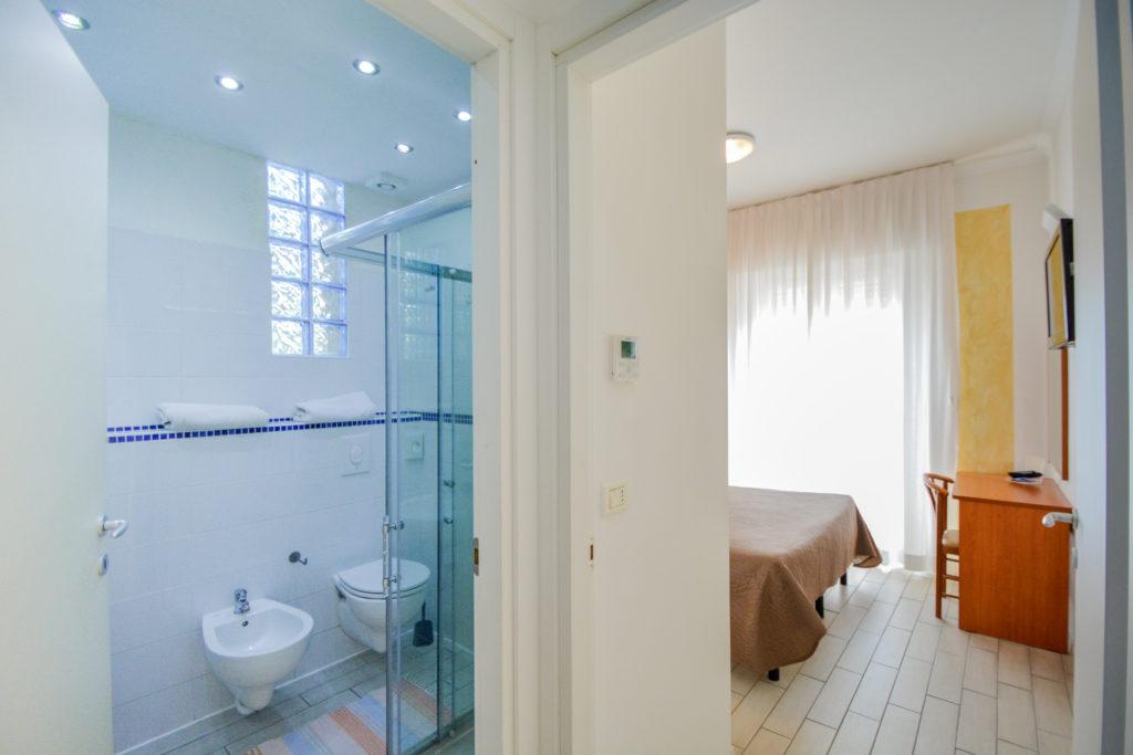 camera matrimoniale con balcone frontemaree vista bagno junior suite hotel viking viserbella rimini